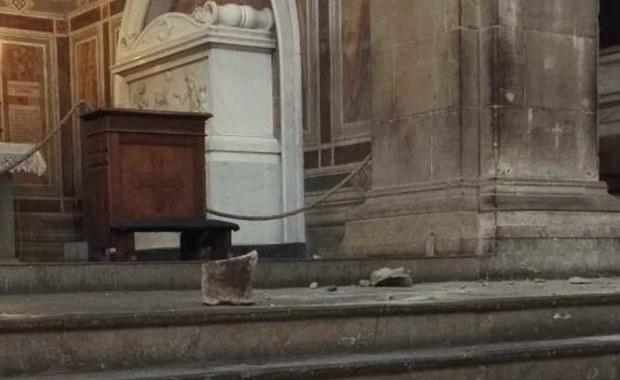 Trzy osoby z urzędu nadzoru technicznego nad bazyliką Świętego Krzyża we Florencji zostały objęte śledztwem prowadzonym przez prokuraturę po wypadku w czwartek, w którym w świątyni tej zginął turysta z Hiszpanii. Spadł na niego duży fragment kamienia z sufitu.