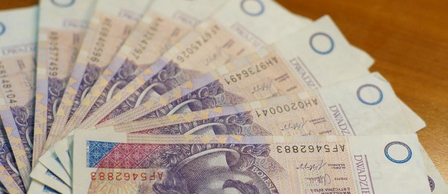 Do warszawskiego sądu okręgowy trafił akt oskarżenia przeciwko mężczyźnie, który wykorzystując przepisy dot. wymiany zniszczonych znaków pieniężnych, wyłudził z NBP 110 tys. zł. Wykorzystał do tego pocięte banknoty. Grozi mu do 25 lat więzienia.