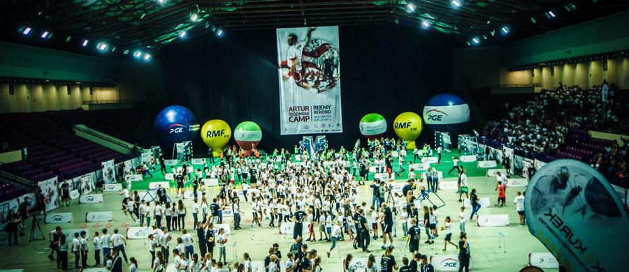 16 listopada w warszawskiej hali Torwar tysiące dzieciaków będzie mogło wziąć udział w wyjątkowej lekcji wychowania fizycznego, którą zorganizuje Artur Siódmiak. Byłemu reprezentantowi w piłce ręcznej pomagać będą znani sportowcy, w tym między innymi Szymon Kołecki. Złoty medalista igrzysk olimpijskich w podnoszeniu ciężarów podkreśla, że uprawianie sportu niesie ze sobą same korzyści. Ludzie aktywni są zdrowsi oraz lepiej sobie radzą w życiu.
