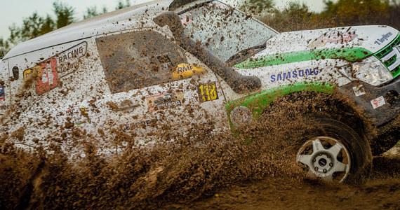 Sezon Rajdowych Mistrzostw Polski Samochodów Terenowych nieubłaganie zmierza ku końcowi. Baja Inter Cars jest finałową rundą, która wyłoni terenowych mistrzów w poszczególnych kategoriach. Pierwszy dzień rajdu odbył się pod znakiem bardzo ciekawej rywalizacji, która dostarczyła zgromadzonym kibicom wielu emocji. Rajdowcy pokonali dwa odcinki specjalne o łącznej długości niespełna 40 kilometrów.