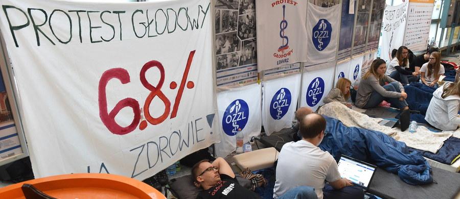 """Lekarze w Małopolsce, którzy zapowiedzieli na środę """"dzień bez lekarza"""", nie zostawią pacjentów bez opieki – zapewnił wiceszef Porozumienia Rezydentów OZZL Jarosław Biliński."""