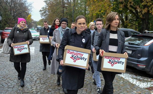 """Przygotowany przez komitet """"Ratujmy Kobiety 2017"""" obywatelski projekt liberalizujący prawo aborcyjne został dziś złożony w Sejmie. Pod propozycjami, które zakładają m.in. prawo przerywania ciąży do końca 12. tygodnia, zebrano ponad 400 tys. podpisów."""