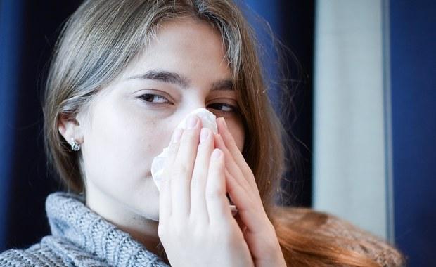 """Lekarze są zgodni, że sezon grypowy jest coraz bliżej. Od początku września z objawami grypy i chorób grypopodobnych do lekarzy w całym kraju trafiło ponad 600 tysięcy osób. Hospitalizacji wymagało prawie półtora tysiąca. Niepokojące jest to, że w analogicznym okresie w tamtym roku liczby te były o jedną czwartą mniejsze - informują eksperci z Ogólnopolskiego Programu Zwalczania Grypy. """"Grypie częściej niż przeziębieniu towarzyszą bóle mięśni, głowy, dreszcze, uczucie rozbicia, a także męczący kaszel"""" - mówią w rozmowie z RMF FM lekarze."""