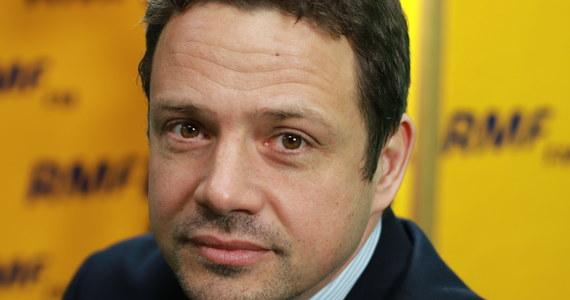 """""""Wymiana premiera byłaby ryzykowna, dlatego że pani premier Szydło jest niesłychanie popularna. Natomiast uważam, że Jarosław Kaczyński rzeczywiście powinien przejąć odpowiedzialność za władzę, bo takie sterowanie z tylnego siedzenia jest kompletnie niefunkcjonalne. Również z punktu widzenia choćby polityki europejskiej wolałbym, żeby premier Kaczyński brał odpowiedzialność za ten rząd, jeździł, negocjował na Radzie Europejskiej - może ta polityka wyglądałaby trochę bardziej odpowiedzialnie i poważnie"""" - mówił w Porannej rozmowie w RMF FM polityk PO Rafał Trzaskowski. Pytany o swoją możliwą kandydaturę na prezydenta Warszawy, odparł: """"Pokazuję swoją determinację, to jest wyzwanie, od którego nie wolno się uchylać. Nie wolno oddać Warszawy Prawu i Sprawiedliwości"""". Odnosząc się zaś do afery reprywatyzacyjnej, Trzaskowski przyznał: """"Prawdą jest, że wszystkie rządy - łącznie z rządem Platformy Obywatelskiej - ponoszą odpowiedzialność za to, że nie mamy dużej ustawy reprywatyzacyjnej - a tylko ta załatwiłaby cały problem""""."""