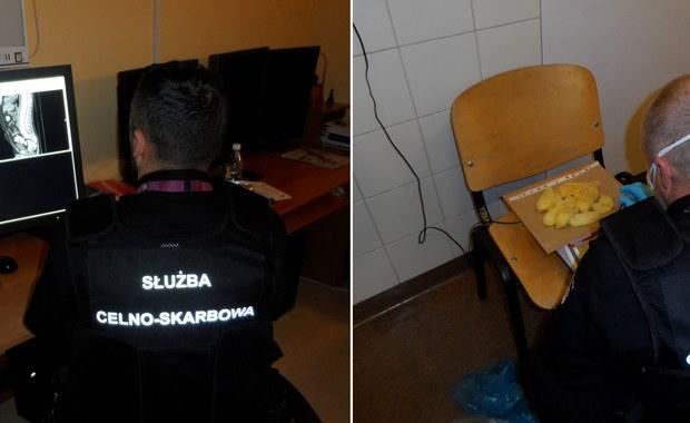Mazowieccy funkcjonariusze celno-skarbowi zatrzymali na warszawskim lotnisku dwóch obywateli Ukrainy, którzy próbowali przemycić blisko 2 kilogramy kokainy. Narkotyki ukryli w żołądku.