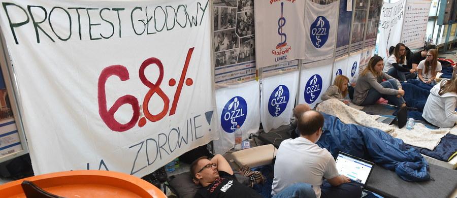 Na środę Małopolskie OZZL zapowiedziało protest wspierający głodujących lekarzy rezydentów. W ramach akcji wielu lekarzy nie przyjdzie do pracy. Okręgowa Rada Lekarska w Krakowie popiera protest, ale nie zgadza się z jego formą. Apeluje, by poparcie akcji nie kolidowało z obowiązkami wobec pacjenta.
