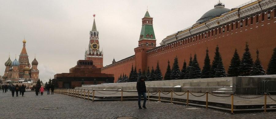 """Ministerstwo obrony Rosji zamierza do końca roku przeprowadzić na kosmodromie w Plesiecku w obwodzie archangielskim dwa próbne starty nowej międzykontynentalnej rakiety balistycznej na paliwo ciekłe RS-28 Sarmat - poinformował we wtorek dziennik """"Kommiersant""""."""