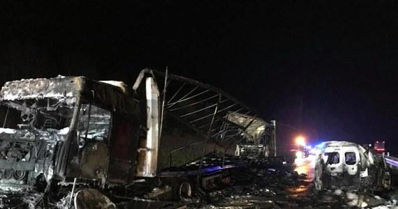 Tragiczny wypadek w Śląskiem. W nocy w Mykanowie koło Częstochowy zderzyło się pięć pojazdów. Dwie osoby nie żyją.