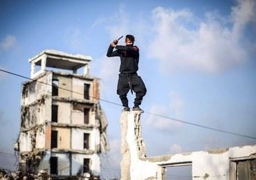 """Wspinał się po ścianach, biegał po dachach. 74-letni """"złodziej-ninja"""" w rękach policji"""