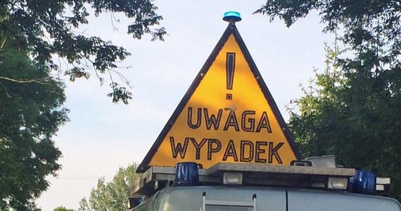 DK 16 jest zablokowana w miejscowości Rogóźno w powiecie grudziądzkim (kujawsko-pomorskie) po zderzeniu busa z samochodem osobowym. W wypadku ucierpiało pięć osób.
