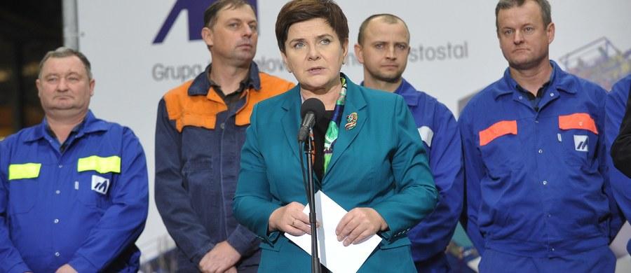 """Wyciągamy wnioski z błędów i konsekwentnie realizujemy to, do czego się zobowiązaliśmy - powiedziała premier Beata Szydło na spotkaniu z mieszkańcami Siedlec. Dziękowała też Polakom za ich wsparcie dla realizacji programu """"dobrej zmiany""""."""