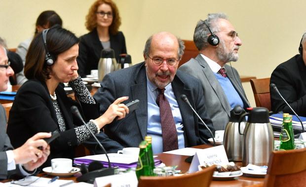 Przebywający z dwudniową wizytą w Polsce przedstawiciele Komisji Weneckiej spotkali się z posłami z sejmowej komisji sprawiedliwości i praw człowieka. Tematem rozmowy było nowe Prawo o prokuraturze. Komisja Wenecka ma przygotować wkrótce opinię na temat zmian w polskiej prokuraturze.