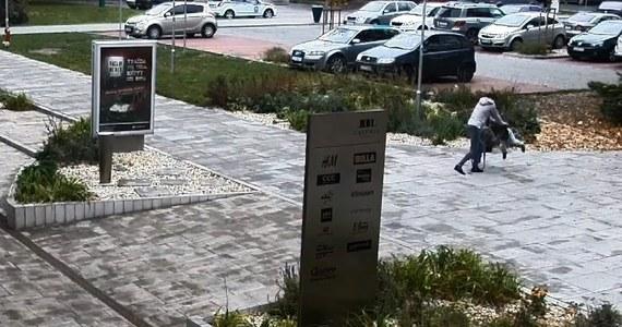 Kamera miejskiego monitoringu w Łuczeńcu na południu Słowacji nagrała brutalne zachowanie matki wobec swojego kilkuletniego dziecka. Na filmie widać zdenerwowaną kobietę, która podbiega do syna. Ten widząc ją, kładzie się na chodniku. Następnie matka podnosi dziecko i z dużą siłą rzuca nim o ziemię.