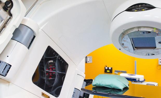 """""""Kilkadziesiąt tysięcy pacjentów spoza Warszawy zostało pozbawionych możliwości wygodnego korzystania z bezpłatnej radioterapii"""" - alarmują organizacje pacjentów. Powód to brak kontraktu na radioterapię dla Międzynarodowego Centrum Onkologii w Otwocku, gdzie leczyli się chorzy na nowotwory z południowo-wschodniej części Mazowsza.  Szpital w tej sprawie złożył właśnie odwołanie do Narodowego Funduszu Zdrowia."""