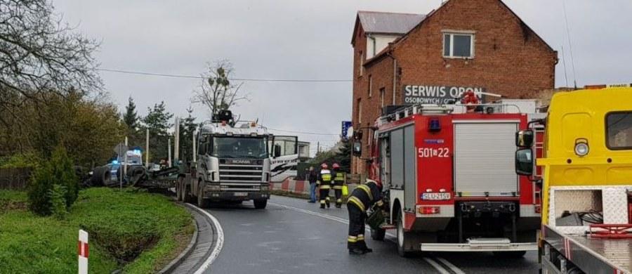 Dwie osoby zginęły, a pięć zostało rannych w zderzeniu busa z tirem na Śląsku.