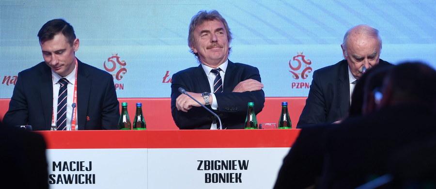 """Prezes Zbigniew Boniek w podsumowaniu ostatniego roku działalności podkreślił, że Polski Związek Piłki Nożnej odniósł wiele sukcesów, ale wciąż jest dużo do zrobienia. W czwartek w Warszawie odbywa się Walne Zgromadzenie Sprawozdawcze PZPN. Boniek porównał piłkę nożną do stojącego domu, który jednak nigdy nie będzie w pełni wykończony, bo ciągle można coś w nim zmieniać i ulepszać. """"Zbudowaliśmy autorytet polskiej piłki, a ten buduje się m.in. wiedzą, umiejętnością wydawania pieniędzy, gospodarnością. To zasługa całego zarządu, wojewódzkich związków, klubów i innych. Ale jest jeszcze wiele do polepszenia, jak w domu, w którym można np. zmienić jakieś piętro itd."""" - podkreślił. Prezes PZPN potwierdził, że Polska będzie starała się o organizację mistrzostw świata U-20 w 2019 roku - na 100-lecie PZPN."""