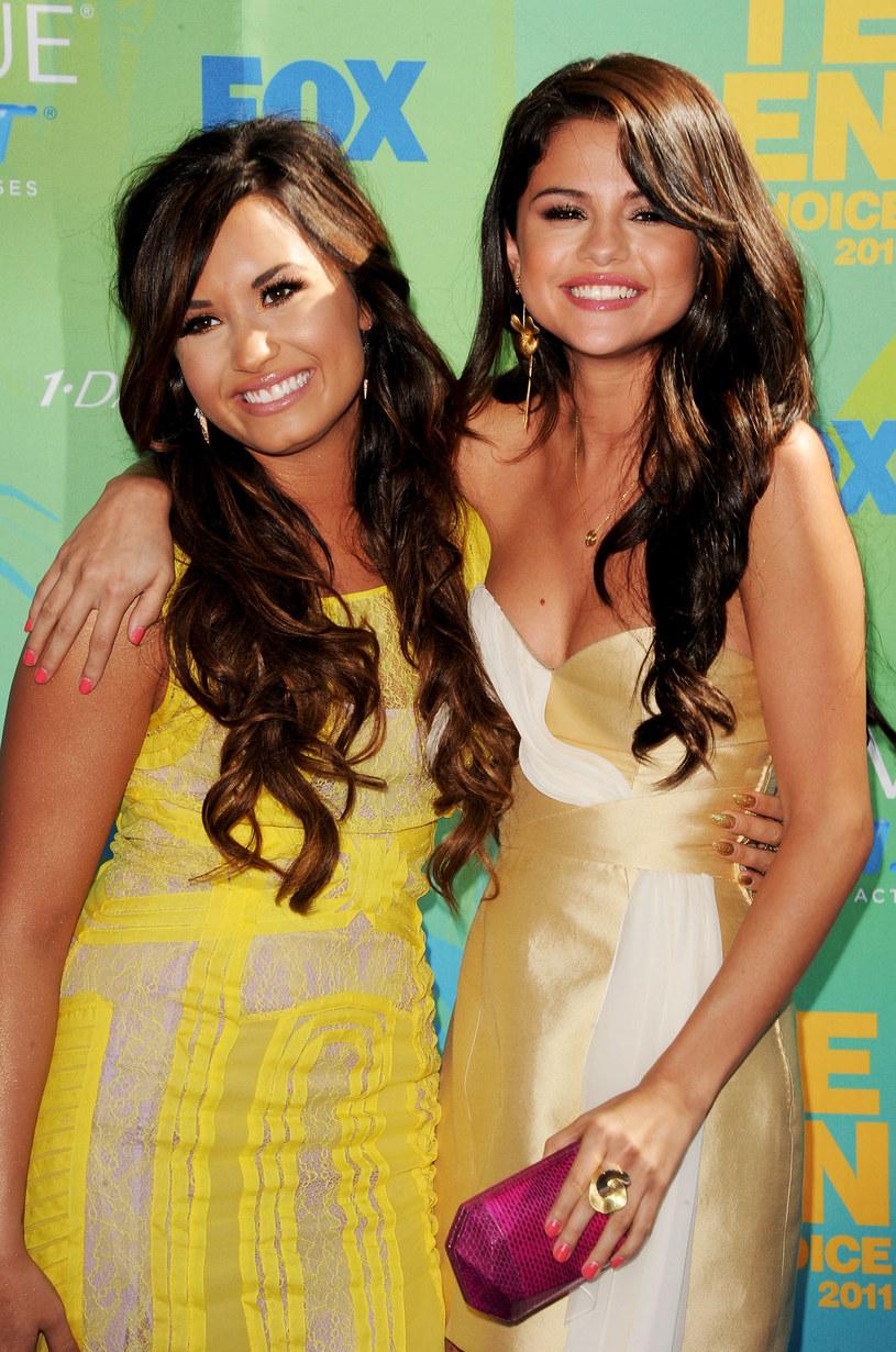 Wspólne zdjęcie Seleny Gomez i Demi Lovato podczas gali InStyle Awards wywołało poruszenie fanów obu wokalistek. Dlaczego ich fotografia tak mocno zelektryzowała internautów? Wszystko ze względu na przeszłość obu młodych gwiazd oraz potencjalny duet.