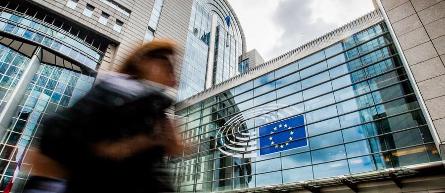 15 listopada na sesji plenarnej Parlamentu Europejskiego odbędzie się debata na temat praworządności i demokracji w Polsce - dowiedziała się PAP ze źródeł zbliżonych do tej instytucji. Wcześniej - 6 listopada - z europosłami komisji sprawiedliwości również o sytuacji w Polsce będzie rozmawiał wiceszef Komisji Europejskiej Frans Timmermans. Ostatnim razem taka dyskusja w PE była prowadzona 31 sierpnia. 25 września na temat dialogu KE z Polską w kontekście praworządności debatowali z kolei unijni ministrowie ds. europejskich.