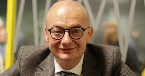 """""""Życzyłbym sobie tego, żeby Jarosław Kaczyński zastąpił Beatę Szydło na fotelu premiera"""" – powiedział Michał Kamiński, gość Popołudniowej rozmowy w RMF FM. Jego zdaniem, byłaby wtedy czytelniejsza sytuacja. """"I tak Jarosław Kaczyński rządzi"""" – dodał. Kamiński jest przekonany o tym, że nie premier Beata Szydło, ale prezes PiS decyduje o roszadach w rządzie. """"Kaczyński lubi, by każdy, kto dla niego pracuje miał poczucie, że ta fucha nie jest dana mu raz na zawsze"""" – dodał wieloletni spin doktor Prawa i Sprawiedliwości. Kamiński z jednej strony chciałby, by Kaczyński zastąpił Beatę Szydło na fotelu premiera, z drugiej – jak mówi – mu """"się to nie skleja"""". """"Jeżeli zostanie premierem, to będzie oznaczało, że to jest już ostatnia karta wyjęta z talii PiS"""" – dodał. """"Ten rząd traci, kiedy staje oko w oko z obywatelami. Wtedy cały urok opada. Wtedy z nich wychodzi ta straszna pogarda dla Polaków i arogancja"""" – tak z kolei Michał Kamiński komentuje postawę rządu wobec protestujących lekarzy rezydentów.  """"Ta seria nieszczęśliwych wypowiedzi pod adresem lekarzy: a to że schudną, jak będą głodowali; a to, żeby sobie wyjechali, pokazuje jak ta ekipa Prawa i Sprawiedliwości gardzi Polakami"""" – stwierdził gość Marcina Zaborskiego."""