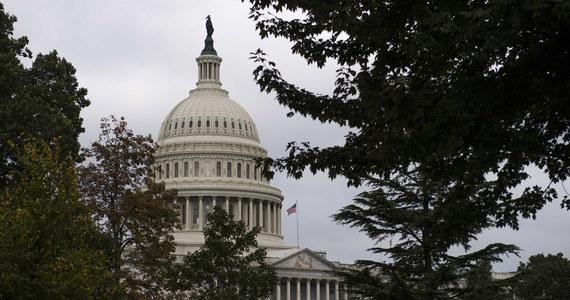 """Republikański senator Robert """"Bob"""" Corker podczas spotkania z zastępcą sekretarza stanu, Johnem Sullivanem w czwartek próbował ustalić, dlaczego Biały Dom do tej pory nie wprowadził sankcji wobec Rosji. Miały one wejść w życie zgodnie z ustawą 1 października. Po spotkaniu z Sullivanem, senator Corker, przewodniczący senackiej komisji spraw zagranicznych, stwierdził w wydanym przez siebie oświadczeniu, że """"wyjaśnienia przedstawione przez Departament Stanu są pierwszym krokiem w kierunku odpowiedzialnego wprowadzania w życie tej skomplikowanej ustawy"""". """"Kongres spodziewa się szczegółowych i szybkich konsultacji do czasu pełnego wprowadzenia jej postanowień w życie"""" - dodał Bob Corker."""