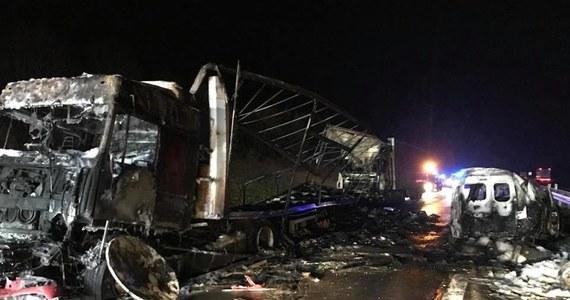 """To kierowca ciężarówki najprawdopodobniej spowodował w środową noc dramatyczny wypadek na krajowej """"jedynce"""" w Mykanowie pod Częstochową. Zginęły wtedy dwie osoby, a trzy auta spłonęły. Mężczyzna usłyszał zarzut spowodowania śmiertelnego wypadku. Może opuścić areszt po wpłaceniu 5 tysięcy złotych kaucji. Ma policyjny dozór i odebrane prawo jazdy."""