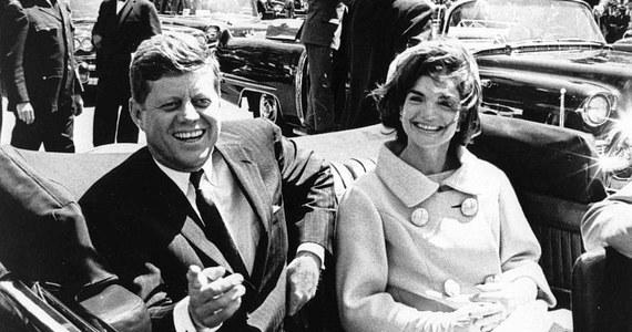 """Wielkie dziennikarskie śledztwo niemal na całym globie. Narodowe Archiwa Stanów Zjednoczonych ujawniły prawie 3 tysiące dokumentów związanych z dochodzeniami przeprowadzonymi po zamordowaniu 35. prezydenta Stanów Zjednoczonych Johna F. Kennedy'ego. Odtajnienie niektórych materiałów zostało w ostatniej chwili zablokowane przez Donalda Trumpa, który w notatce służbowej napisał, że """"nie miał innego wyjścia""""."""