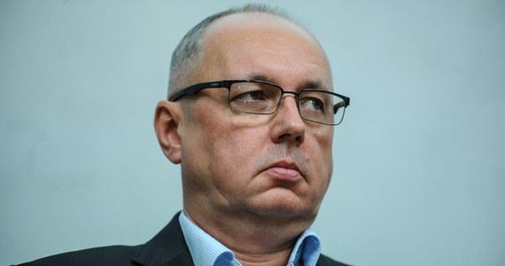 Do 3 lutego przedłużone zostało śledztwo ws. przekroczenia uprawnień przez byłego szefa SKW gen. Janusza Noska. Zawiadomienie w tej sprawie złożyło MON, twierdząc, że Nosek nawiązał kontakty z rosyjską FSB bez upoważnienia premiera. To właśnie w tej sprawie prokuratorzy przesłuchiwali Donalda Tuska na początku sierpnia.