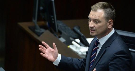 Prezydium Sejmu zdecydowało o obniżeniu uposażenia poselskiego posłowi PO Sławomirowi Nitrasowi o połowę na okres trzech miesięcy - poinformowało PAP Centrum Informacyjne Sejmu. Jeżeli PiS myśli, że przestraszy opozycję, to się myli - skomentował w Sejmie szef klubu PO Sławomir Neumann.