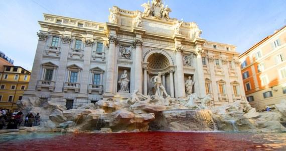 Nawet specjalna ochrona, którą władze Rzymu objęły wyremontowaną Fontanną di Trevi, nie zapobiegła nowemu incydentowi - tak włoskie media komentują zdarzenie z czwartku, gdy woda w zabytku zabarwiła się na czerwono. Wrzucono do niej puszkę z barwnikiem.