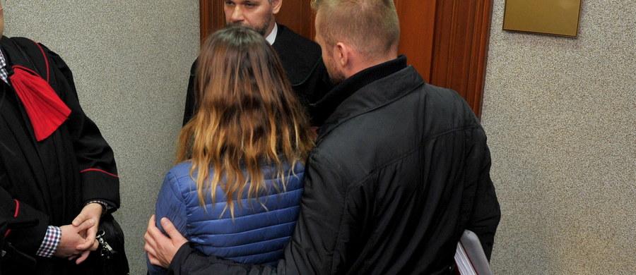 Matka, która zabrała noworodka ze szpitala, nie godząc się na wykonanie części zabiegów medycznych dziecka została przesłuchana przed Sądem Rodzinnym w Białogardzie. Rozprawa odbywała się za zamkniętymi drzwiami, na kolejnej ma być przesłuchiwany ojciec dziecka.