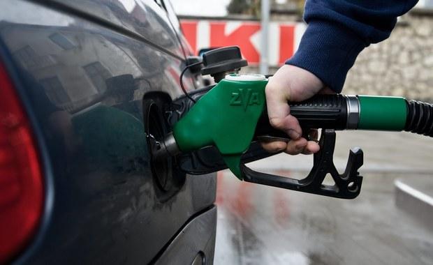 W najbliższym tygodniu wielu kierowców wyjedzie na drogi, by odwiedzić groby bliskich. Niestety, mogą spodziewać się wzrostu cen paliw - przewidują analitycy. To efekt sytuacji na międzynarodowym rynku ropy.
