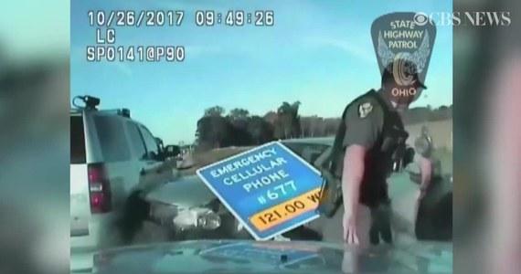 Policja ruszyła w pościg za 10-letnim chłopcem w stanie Ohio, który zabrał mamie auto. Dziecko poruszało się po autostradzie z zawrotną prędkością 160 km/h. Całą sytuację zarejestrowała policyjna kamera.
