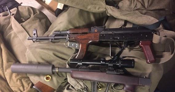 W położonym w południowej części zachodniego wybrzeża Norwegii dystrykcie Sunnmore w okręgu More og Rosmsdal policja skonfiskowała w prywatnym domu 250 do 300 sztuk broni palnej. Właściciel broni został aresztowany - podała norweska telewizja TV2.