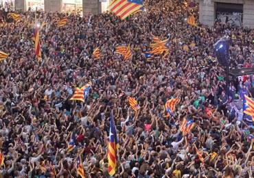 """""""Akt tchórzostwa"""", """"próba zamachu stanu"""". Hiszpańskie media o decyzji władz Katalonii"""