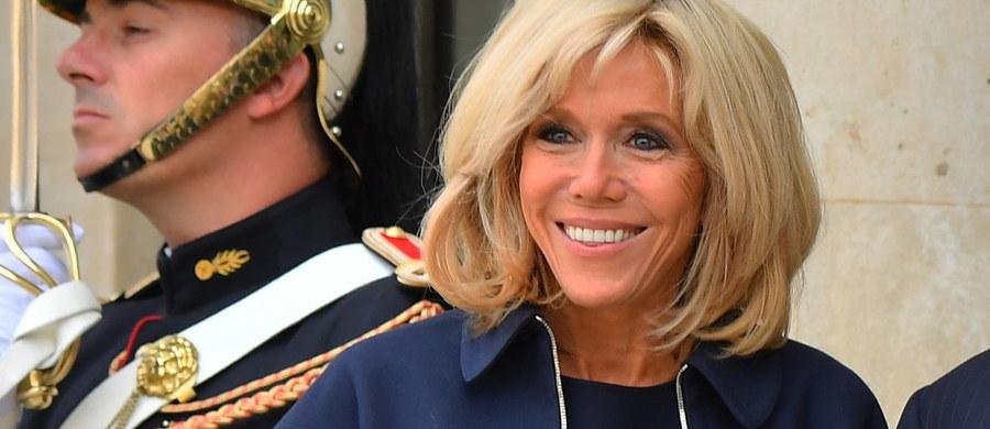 """Pierwsza dama Francji wprowadza zmiany w wystroju Pałacu Elizejskiego, co wzbudza szerokie zainteresowanie komentatorów. 64-letnia Brigitte Macron postanowiła pozbyć się m.in. ponad stu zabytkowych mebli. Żona prezydenta chce, żeby rezydencja wyglądała """"bardziej nowocześnie""""."""
