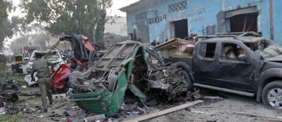 Co najmniej 25 osób zginęło a ponad 30 zostało rannych wczoraj w eksplozji dwóch samochodów pułapek przed popularnym hotelem w stolicy Somalii, Mogadiszu - poinformowała policja. Do ataków przyznała się islamistyczna partyzantka Al-Szabab.