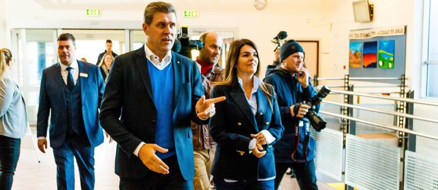 Konserwatywna Partia Niepodległości (PN) wygrała w sobotnich wyborach do parlamentu Islandii, ale kierowana przez nią koalicja rządowa utraciła większość - ogłoszono w niedzielę po zliczeniu wszystkich głosów. Eksperci wieszczą trudne rozmowy koalicyjne.