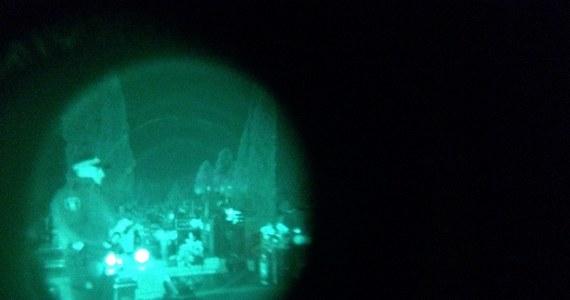 """Od piątku strażnicy miejscy w Łodzi patrolują cmentarze. Akcja pod nazwą """"Hiena"""" ma zapobiegać kradzieżom na nekropoliach. W tym roku strażnicy jeszcze nie złapali cmentarnych złodziei na gorącym uczynku. W ubiegłym roku udaremnili kilka takich kradzieży. Bardzo użyteczne w walce z cmentarnymi hienami są: noktowizor i kamera termowizyjna, w które to urządzenia wyposażeni są funkcjonariusze. Zobacz na filmie, jak wygląda to, co nocą widzi strażnik na wyświetlaczu."""