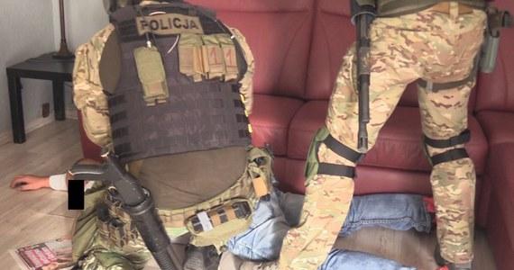 Policjanci z wrocławskiego Zarządu Centralnego Biura Śledczego Policji wspólnie z  funkcjonariuszami Śląskiego Oddziału Straży Granicznej rozbili zorganizowaną grupę przestępczą zajmującą się m.in. fałszowaniem dokumentów. W trzech województwach zatrzymano 18 osób w wieku od 27 do 59 lat.