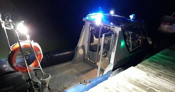 Rano wznowiono poszukiwania 60-letniego mieszkańca Małopolski, którego w niedzielę po południu fala zmyła z pokładu jachtu na Jeziorze Solińskim. Niedzielna akcja ratunkowa została przerwana ze względu na fatalne warunki pogodowe.