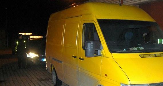Straż graniczna i służba celno-skarbowa zatrzymały w Augustowie busa, w którym przewożono 12 nielegalnych imigrantów. Organizatorzy przemytu - dwaj obywatele Rosji - trafili do aresztu.