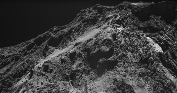"""Ponad rok minął od czasu, gdy sonda Rosetta spadła na powierzchnię jądra komety 67P/Czuriumow–Gerasimenko i zakończyła pracę, analiza wyników jej wcześniejszych badań wciąż jednak trwa. Europejska Agencja Kosmiczna opublikowała właśnie zdjęcie emitowanej przez jądro fontanny pyłu, którą Rosetta zaobserwowała 3 lipca 2016 roku. Aparatura sondy była w stanie przechwycić część wyrzuconego w przestrzeń materiału, co pozwoliło naukowcom sformułować hipotezę na temat mechanizmu powstania tej fontanny. Piszą o tym na łamach czasopisma """"Monthly Notices of the Royal Astronomical Society""""."""