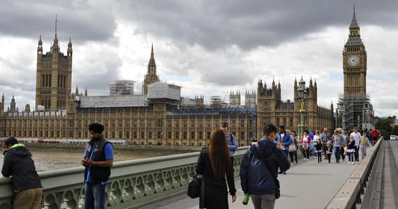Brytyjska premier Theresa May wszczęła dochodzenie w sprawie przypadków molestowania seksualnego w parlamencie. Media opisują zachowanie jednego z ministrów w resorcie handlu międzynarodowego. Mark Garnier miał wręczyć swojej sekretarce pieniądze i wysłać ją do sex shopu, by kupiła dwa wibratory. Kobieta odpowiedziała o zdarzeniu prasie i w parlamencie zawrzało. Mark Garnier miał też używać wobec swojej sekretarki niewyszukanych epitetów - donosi z Wysp nasz korespondent Bogdan Frymorgen. Jednocześnie były minister ds. pracy i świadczeń społecznych Stephen Crabb przyznał się do sextingu z 19-letnią dziewczyną, która ubiegała się o pracę w jego biurze. Blisko 40 posłów Partii Konserwatywnej ma być podejrzewanych o możliwość niewłaściwego zachowania i molestowania seksualnego współpracowników.