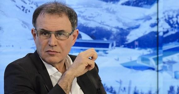 """""""Polska nie powinna na razie myśleć o zastąpieniu złotego euro"""" - mówi w rozmowie z RMF FM znany amerykański ekonomista profesor Nouriel Roubini. Amerykańskie media często nazywają go """"człowiekiem, który przewidział ostatni kryzys finansowy"""", lub bardziej żartobliwie """"Doktorem Zagładą""""."""