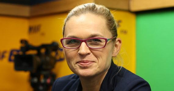 """""""Z perspektywy Polski jest to kompletnie obojętne, czy Beata Szydło jest, czy nie jest premierem"""" – stwierdziła Barbara Nowacka, gość Porannej rozmowy w RMF FM. """"Praktyka pokazała, że Beata Szydło nie pełni funkcji premiera, tylko jest życzliwie nazywana premierem"""" – dodała - """"Nie podejmuje żadnych decyzji"""". Według polityk z Inicjatywy Polskiej-Ratujmy Kobiety, pozytywem jest to, że polskie dzieci dziś wiedzą, że kobieta może być premierem. """"Niestety wiedzą też, że będąc premierem można nie robić nic, albo niewiele, albo bywać wyłącznie na mszach"""" – ubolewała Nowacka. """"Cała ta rekonstrukcja to wielka ściema"""" – podsumowała zapowiadane zmiany w rządzie."""