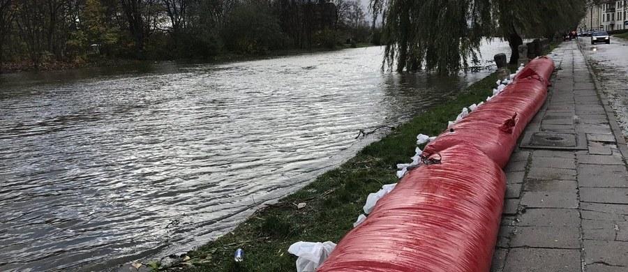 Woda w Zatoce Gdańskiej oraz na Martwej Wiśle, prowadzącej do morza, stopniowo opada, choć nadal przekracza stany alarmowe. Z kolei w Elblągu w poniedziałek po południu ogłoszono pogotowie przeciwpowodziowe. Wprowadzono je również w powiatach: elbląskim, braniewskim, bartoszyckim i kętrzyńskim.