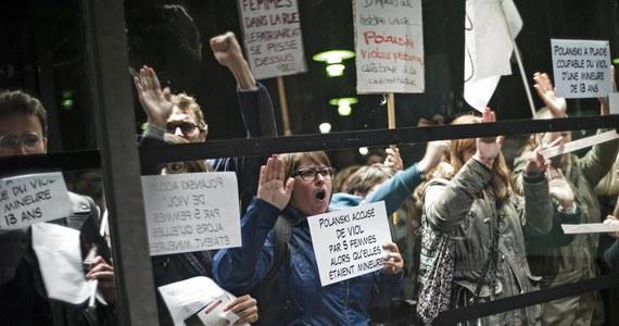 """Niewielka, ale bardzo głośna demonstracja odbyła się późnym wieczorem w Paryżu przeciwko Romanowi Polańskiemu i rozpoczynającej się w Cinematheque Francaise retrospektywie jego filmów. W manifestacji dominowały kobiety, głównie ze stowarzyszenia feministek """"Osez le féminisme"""". Wzywały one do oporu wobec tych, którzy chcą chronić napastników. """"Nie wolno honorować gwałciciela""""- głosiły napisy wznoszone przez uczestniczki wiecu."""