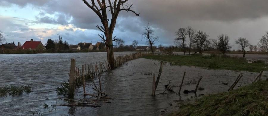To była bardzo pracowita noc dla strażaków i wojskowych nad jeziorem Drużno niedaleko Elbląga w województwie warmińsko-mazurskim. Wylały wezbrane wody jeziora.