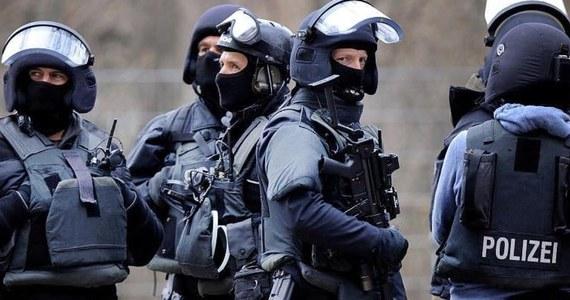 19-letni Syryjczyk zatrzymany nad ranem w Niemczech. Tamtejsza prokuratura poinformowała, że mężczyzna szykował zamach terrorystyczny. Zaczął już gromadzić elementy i chemikalia, z których chciał skonstruować bombę. Planował zabić jak najwięcej ludzi - podano w komunikacie.