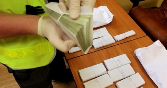 """Policjanci z Wrocławia rozbili grupę zajmującą się oszustwami metodą """"na CBŚP"""". Funkcjonariusze zatrzymali 7 osób i odzyskali ponad 200 tys. złotych."""